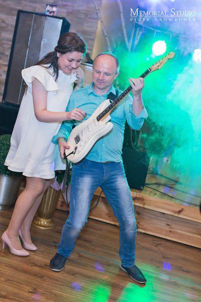 Gitarzysta z Częstochowskiego zespołu weselnego