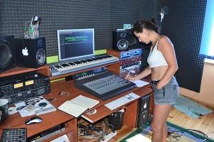 Ela w studio